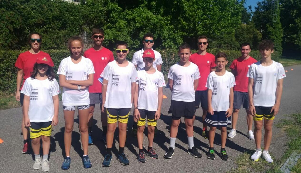 Gli atleti del progetto giovani con Simone Ripamonti, Furio Agradi, Fabio Pelucchi, Andrea Arosio e Valeria Pagani